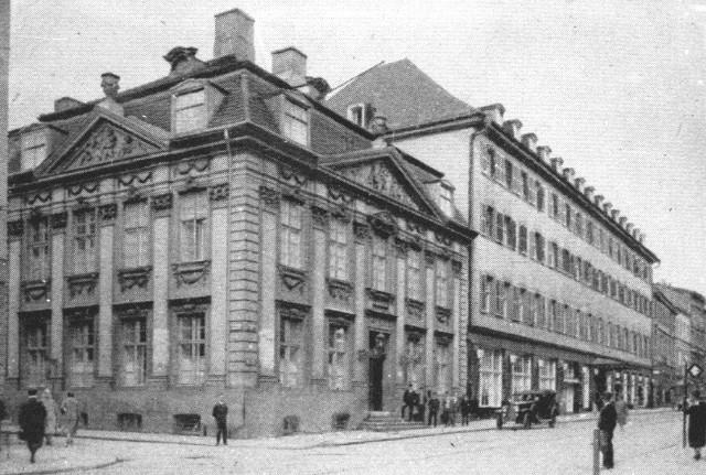Gmach był kilkakrotnie przebudowywany. W początkach XX w. zrealizowany został projekt eleganckiej fasady z prawym szczytem. Hotel (po prawej) wygląda jakże skromnie w porównaniu do pałacu Velthusena.