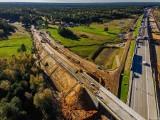 Łódzkie. Budowa autostrady A1. Przy nowej drodze w Łódzkiem będzie 46 kilometrów ekranów akustycznych. Pierwsze już są stawiane