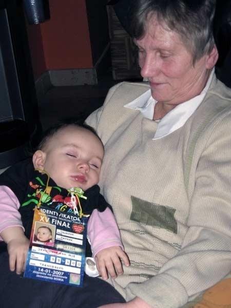 W czasie finału, pomimo całego zamieszania, roczna Julcia postanowiła uciąć sobie popołudniową drzemkę pod czujnym okiem babci.