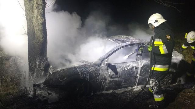 W środku nocy strażacy z OSP w Lubiszynie (to miejscowość niedaleko Gorzowa) zostali zaalarmowani o pożarze samochodu między miejscowościami Gajewo i Mystki.Zgłoszenie do strażaków z OSP Lubiszyn dotarło o godzinie drugiej w nocy. Po dojeździe we wskazane miejsce strażacy ochotnicy zostali osobowe auto, które uderzyło w drzewo i stanęło w płomieniach. Strażacy zabezpieczyli miejsce zdarzenia i ugasili płonące auto. Wypadek wydarzył się 26 grudnia. Zdjęcia z akcji publikujemy dzięki uprzejmości strażaków z OSP Lubiszyn.Przypomnijmy, w okresie świątecznym (22-26 grudnia) na lubuskich drogach doszło do 7 wypadków drogowych, w których 9 osób odniosło obrażenia. Nikt nie zginął. Przeczytaj też:  Niebezpieczny pożar samochodu w Zielonej Górze [ZDJĘCIA]Zobacz też wideo: Drzewo zwaliło się na samochód, którym jechała 5-osobowa rodzina. Silny wiatr na południu Polski