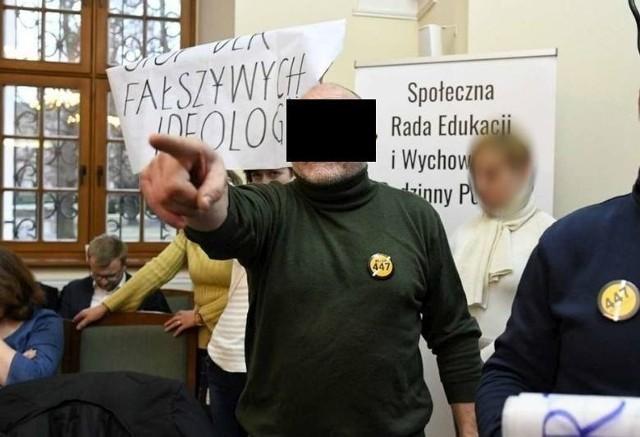 Sąd Rejonowy w Poznaniu skazał Piotra P. na karę 8 miesięcy ograniczenia wolności. W lutym 2020 r. mężczyzna groził radnym podczas sesji, na której uchwalana była tzw. karta równości.