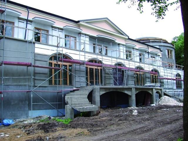Wznoszony budynek jest wyższy niż przewiduje projekt. Poza tym, ma inne schody.
