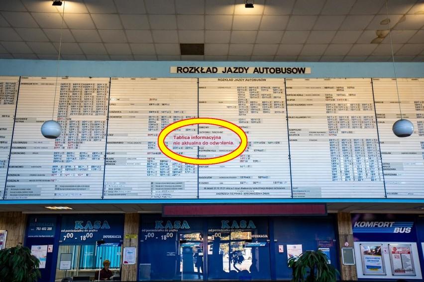 Nieaktualny rozkład jazdy i taki napis z błędem ortograficznym rzucił się w oczy pasażerom dworca PKS w Bydgoszczy. Po naszej interwencji zamieszczono informację już z poprawną pisownią.