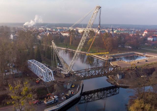 Montaż nowego mostu kolejowego w Piszu