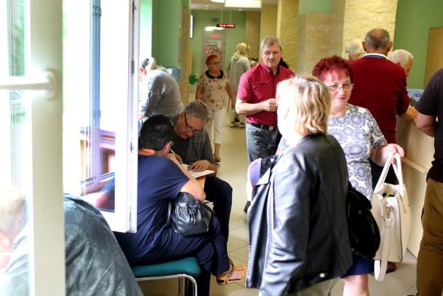 Przez pandemię COVID-19 Polacy mogą liczyć na wyższe emerytury. Według najnowszych danych Głównego Urzędu Statystycznego zmalało przeciętne dalsze trwanie życia, co jest ważnym czynnikiem w obliczaniu przez Zakład Ubezpieczeń Społecznych wysokości emerytur. Wpływ na to miała wyższa śmiertelność w Polsce, którą spowodował koronawirus. O ile wzrosły emerytury? Kto może liczyć na podwyżkę?Czytaj dalej. Przesuwaj zdjęcia w prawo - naciśnij strzałkę lub przycisk NASTĘPNEZOBACZ TAKŻE: Rekordowa waloryzacja emerytur w 2022 roku? Oto stawki! Tyle wyniesie Twoja emerytura