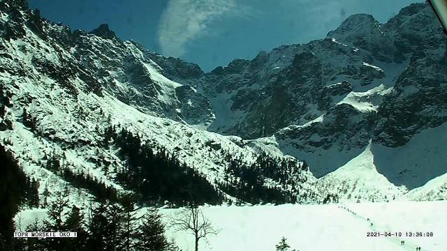 Pogoda w Tatrach jest bajeczna. TOPR jednak ostrzega przed zagrożeniem lawinowym.