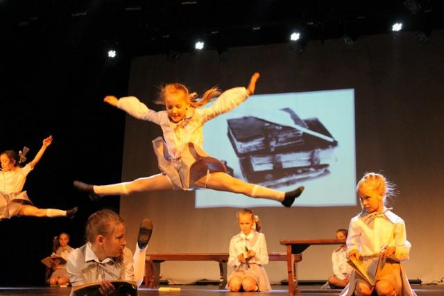 """Tak na scenie Brzeskiego Centrum Kultury tańczyły dzieci ze szczecińskiej Wojskowej Formacji Tanecznej """"Joy""""."""