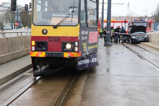 Wypadek tramwaju na al. Mickiewicza w Łodzi. Zderzenie tramwaju z samochodem