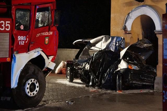 Wypadek w GoliszewieTragedia pod Kaliszem. We wtorek rozpędzony wóz OSP wjechał w osobowe seicento. Dwie osoby zginęły na miejscu. Przyczyny i okoliczności wypadku bada policja.Więcej zdjęć: Wypadek w Goliszewie