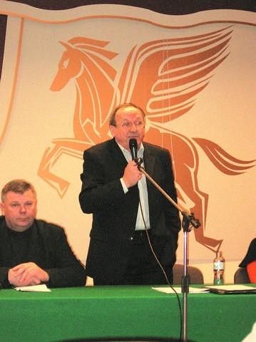 """Ryszard Maciejewski (stoi) podczas zebrania w Bydgoszczy opowiedział rolnikom o tym jak zakład """"Osowa"""" - po konsolidacji - rozwinął skrzydła. Na koniec wyjaśnił, że niebawem mleko nie będzie odbierane od niektórych gospodarzy."""