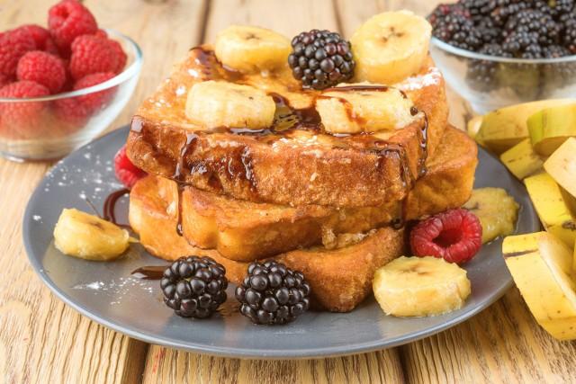 Pain perdu, czyli francuskie tosty na słodko z sezonowymi owocami. Zobaczcie przepis.