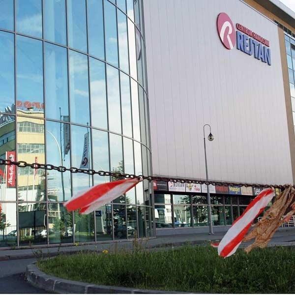 Godz. 9. Wjazd na parking przed centrum handlowym Rejtan jest zamknięty z każdej strony.