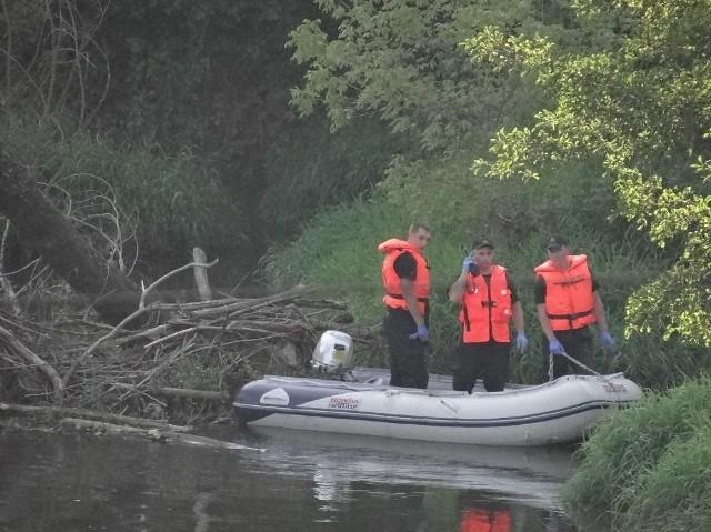 Na dzikim kąpielisku w Trębaczewie doszło do tragedii, która wstrząsnęła całą Polska. Czwórka dzieci utonęła w rzece Warcie. Najmłodsze z nich miało 7 lat. Niestety, jak pokazują statystyki Polacy nadal nie są ostrożni nad wodą.CZYTAJ DALEJ NA NASTĘPNYM SLAJDZIE