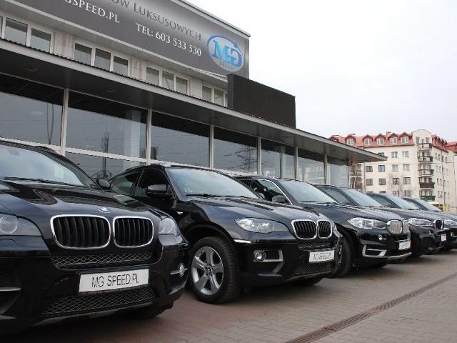 Salon MG Speed, w którym kupić można najbardziej luksusowe auta znajduje się w Warszawie przy ulicy Połczyńskiej.