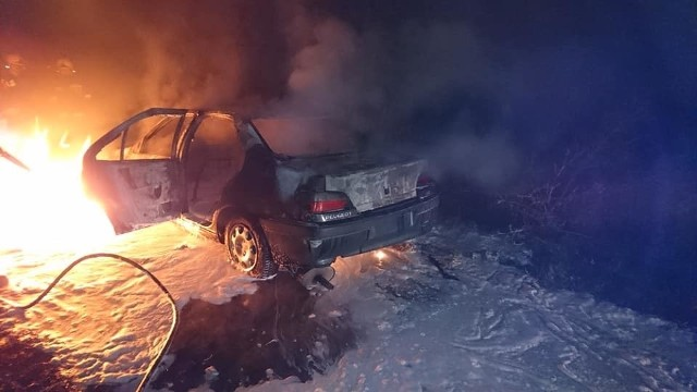 Pożar samochodu osobowego w Wiślince (3.11.2018). Akcja gaszenia ognia zaczęła się około godz. 21.55 i trwała do godz. 23.57
