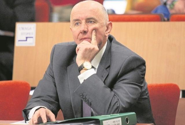 Od radnego do wiceministra.   Cezary Cieślukowski w resorcie zdrowia będzie nadzorował departamenty pielęgniarek i położnych  oraz dialogu społecznego. Od trzynastu lat zasiada w sejmiku województwa podlaskiego (w obecnej kadencji jest szefem komisji skarbu i  finansów), od 1992 do 1997 roku był wojewodą suwalskim, wcześniej komisarzem gminy Sejny. Od 2009 przewodzi Lokalnej Grupie Rybackiej w Suwałkach. Przez miesiąc, od 27 stycznia 2015 roku do nominacji na fotel  wiceministra zdrowia, był szefem Parku Naukowo-Technologicznego w Suwałkach.