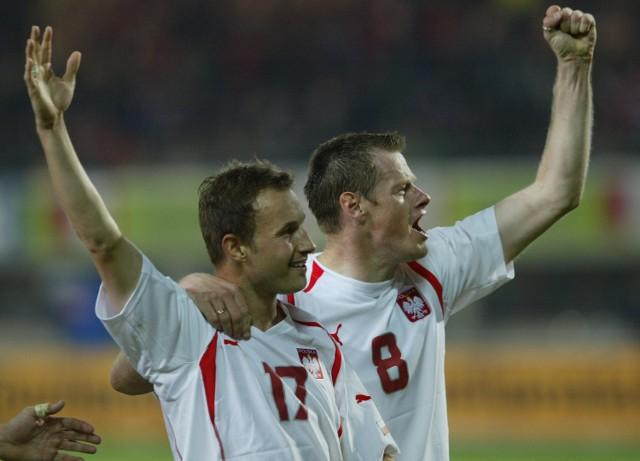 Nasi bohaterowie z Wiednia. Tomasz Frankowski (po strzelonej bramce) cieszy się z Jackiem Krzynówkiem (z prawej).