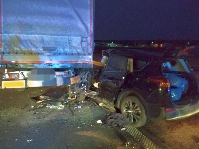 42-letni kierowca chryslera wbił się w naczepę tira