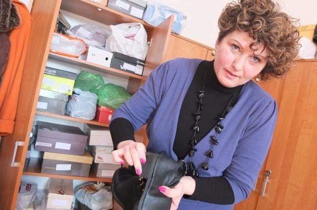 - Te buty kosztowały prawie 200 zł, nie były zbyt wiele noszone, a odchodzą w nich podeszwy i popękały obcasy - pokazuje Dorota Rogozińska. - Nie ma w tym żadnej winy użytkownika, ale sprzedawca nie uznał reklamacji.