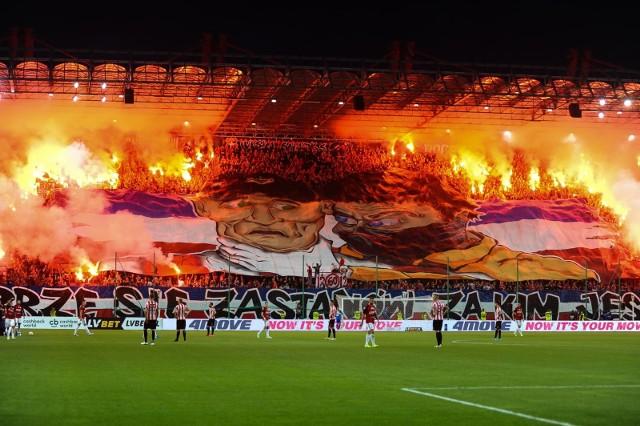 """Derby Krakowa to wyjątkowe święto dla kibiców z obu stron Błoń. Fani Cracovii i Wisły nie będą mogli w piątek 4 grudnia zasiąść na trybunach stadionu przy Kałuży, tym chętniej więc dzielą się w mediach społecznościowych swoimi przeżyciami z poprzednich meczów piłkarzy """"Białej Gwiazdy"""" i """"Pasów"""". Zapraszamy do GALERII na wyjątkową, derbową podróż. Przesuwaj zdjęcia w prawo - naciśnij strzałkę lub przycisk NASTĘPNE."""