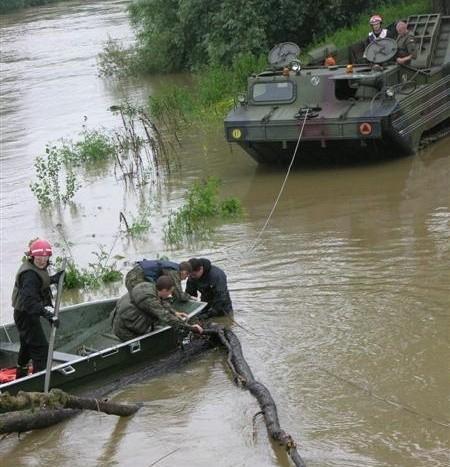 Usuwanie zatoru przy moście kolejowym w Lewinie Brzeskim.