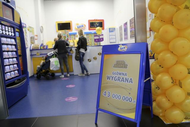 Pracownica salonu Lotto Irena Siemieniuk zaprasza do udziału w najbliższym losowaniu, w którym można zgarnąć ok. 43 mln zł.