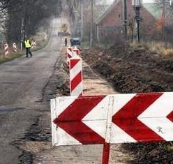 W piątek na drodze do Święciechowa pracowali drogowcy. - To wyrzucanie pieniędzy w błoto. Tylko solidny remont może uratować tę drogę  - mówią okoliczni mieszkańcy.
