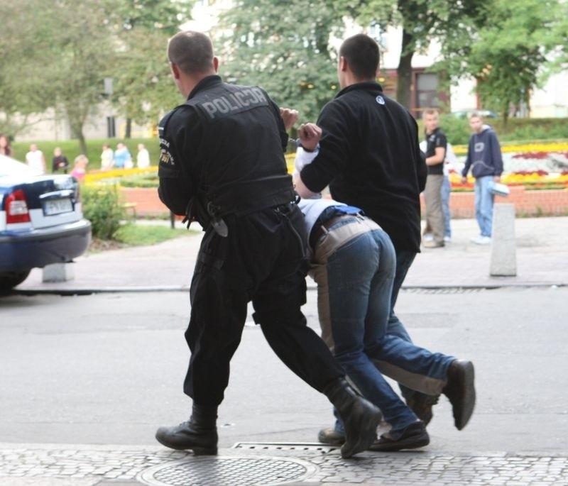 Zatrzymanie sprawców rozboju przed CH Podkowa w Słupsku - lipiec 2008 roku.