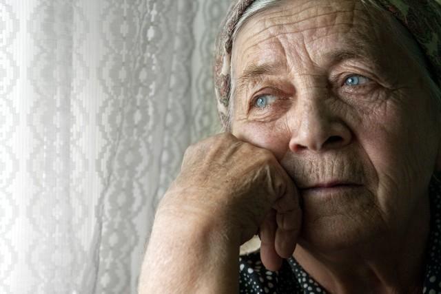 Głodowe emerytury pobierają osoby, które nie mają pełnego stażu ubezpieczeniowego. To osoby, które udokumentowały krótszy czas pracy niż wymagany, a co za tym idzie odprowadzały składki również w krótszej perspektywie czasu.