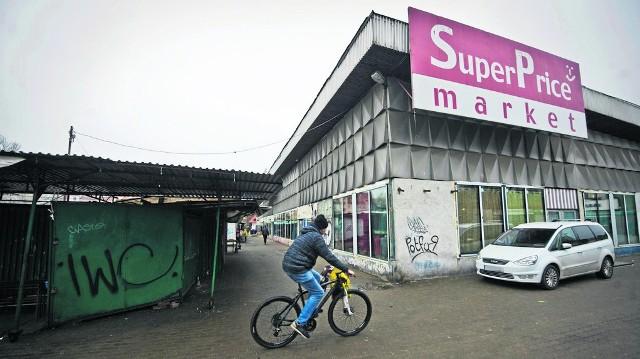 """Rejon ul. Drzymały - to tereny prywatne, gdzie stoją stare pawilony i ostatnie """"blaszaki"""", a także teren miejski, na którym  w miejscu zlikwidowanego targowiska funkcjonuje prowizoryczny parking"""