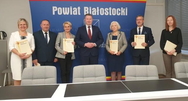 Sześciu pracownikom oświaty nagrody wręczyli je Starosta Powiatu Białostockiego Jan Perkowski i Sekretarz Joanna Kondzior