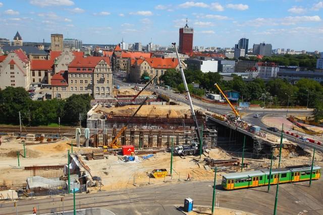 Rondo Kaponiera w Poznaniu miało zostać przebudowane przed Euro 2012, ale prace przeciągnęły się o kilka lat, wzrósł również ich koszt.