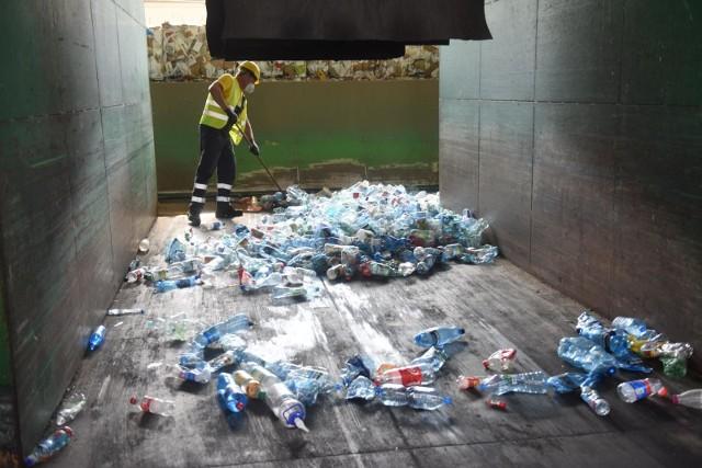 Na terenie aglomeracji poznańskiej od 1 września 2020 roku obowiązują nowe zasady w systemie gospodarowania odpadami. Segregacja śmieci jest teraz obowiązkowa dla wszystkich mieszkańców. Zwiększono też liczbę typów odpadów, które można wrzucić do żółtego pojemnika na metale i tworzywa sztuczne. Wśród nich są opakowania po dezodorantach w aerozolach czy czysty styropian opakowaniowy. Sprawdź, jak prawidłowo segregować odpady w Poznaniu i w aglomeracji poznańskiej.Sprawdź, jak prawidłowo segregować odpady w Poznaniu i w aglomeracji poznańskiej ---->