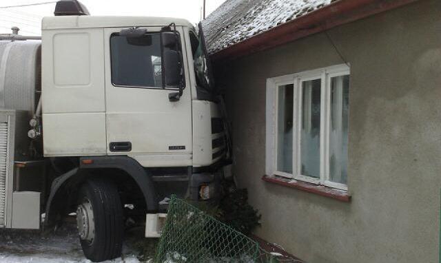 Kierowca stracił panowanie na łuku drogi. Ciężarówka zatrzymała się dopiero na ścianie budynku mieszkalnego.