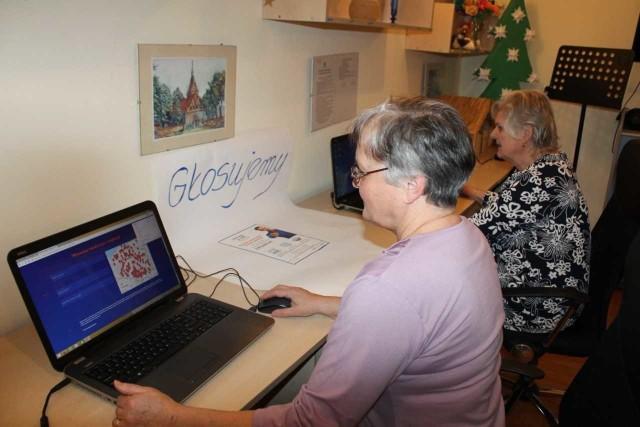Seniorzy także zaangażowali się w głosowanie na Naukową Stację Zabaw. Przychodzą do Gminnego Ośrodku Kultury w Unisławiu, w którym pracownicy pomagają im nawet założyć konta mailowe