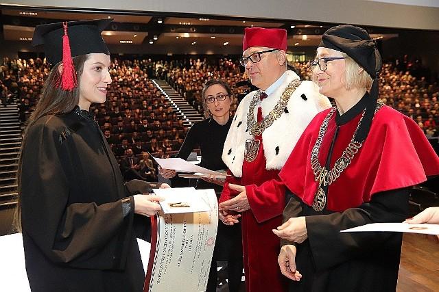 Uniwersytet Medyczny w Łodzi zorganizował uroczystość wręczenia dyplomów absolwentom kierunku lekarskiego, którzy ukończyli go w roku akademickim 2019/2020.Dyplomy otrzymało w piątek 313 absolwentów.Zobacz przyszłych lekarzy. KLIKNIJ DALEJ