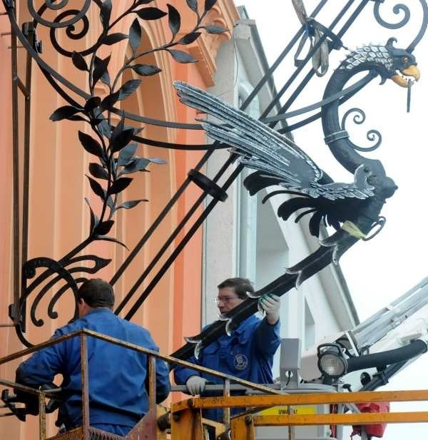 W poniedziałek miejskie ekipy montowały gryfa na budynku sądu
