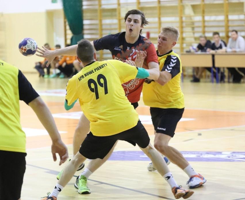 Bestios Białystok (czerwone koszulki) wygrał drugi mecz w...