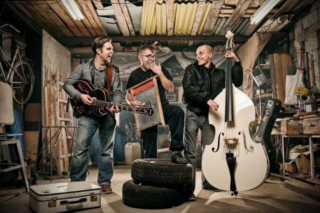 Z okazji 10 lat działalności The Jet-Sons ruszają w półtoramiesięczną trasę po Europie. Od lewej Mateusz Pleśniak (gitara i wokal), Nikodem Soszyński (perkusja) i Krzysiek Pasieka (kontrabas).