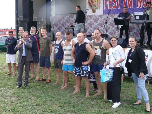 W trakcie festynu w Brzegach rozegrany został turniej siatkówki plażowej. Na zdjeciu najlepsze drużyny.