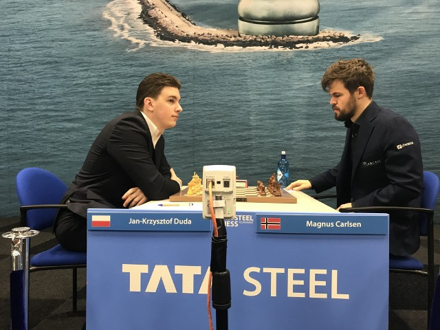 Jan-Krzysztof Duda (z lewej) kontra Magnus Carlsen podczas turnieju w Wijk aan Zee w 2020 roku