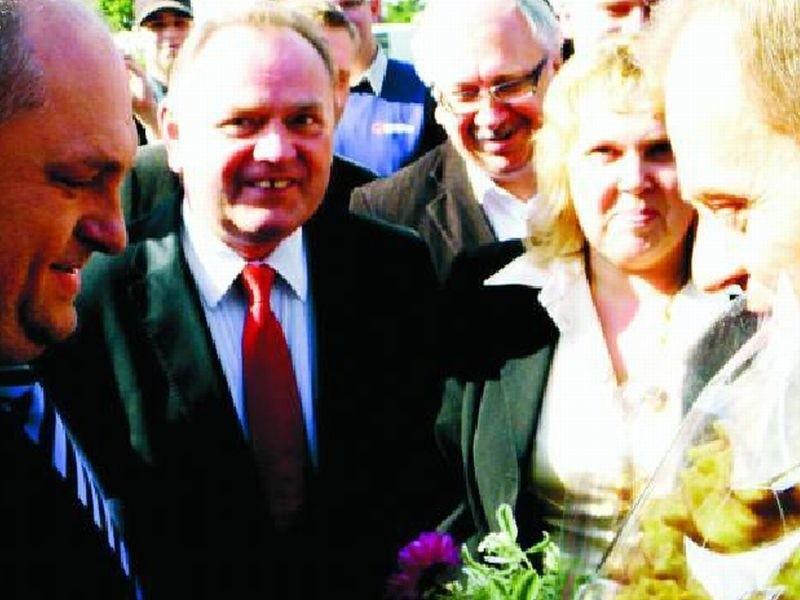 Mazurscy politycy przyłączyli się do tournee premiera Tuska po Mazurach tuż przed Ełkiem. Na stacji benzynowej wręczyli mu bukiet polnych kwiatów i lokalny specjał – sękacz.