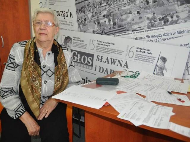 """Pani Anna ze Szczecinka w redakcji """"Głosu"""" z plikiem podwójnych faktur za energię elektryczną. Jej przypadkiem zdziwiony w ogóle nie jest Tadeusz Bobryk, szczecinecki rzecznik konsumenta: - Podobnych zgłoszeń mamy bardzo dużo - mówi."""