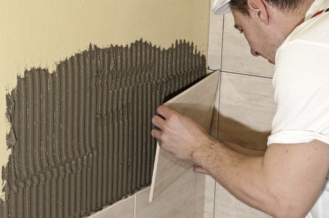 Układanie płytek ceramicznychZakup odpowiednich, dostosowanych do rodzaju pomieszczenia i naszego gustu płytek, to pierwszy krok. Kolejnym etapem jest prawidłowy montaż płytek.