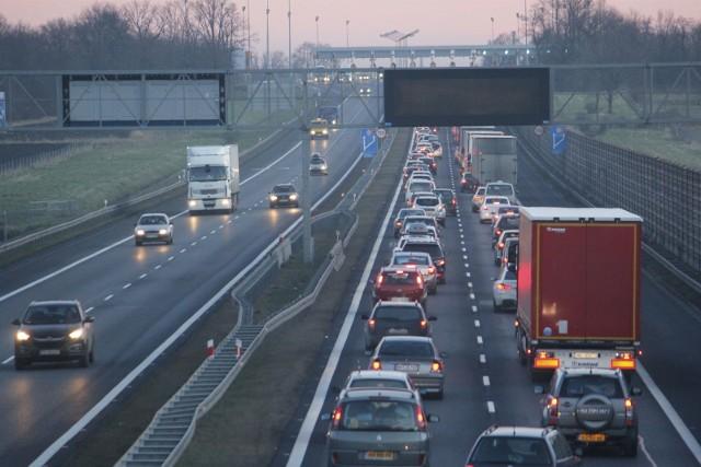 Zakończyły się kilkugodzinne utrudnienia i korki na A4 przy węźle Kąty Wrocławskie, ale w zamian mamy teraz dwa kolejne problemy na autostradzie pod Wrocławiem. Przed węzłem Brzezimierz (na jezdni w kierunku Wrocławia) zderzyło się aż 5 samochodów, są osoby ranne. Służby ratunkowe są w drodze na miejsce wypadku. Chwilę później doszło do kolejnego wypadku, tym razem bliżej Wrocławia.SPRAWDŹ SZCZEGÓŁY NA KOLEJNYCH SLAJDACH