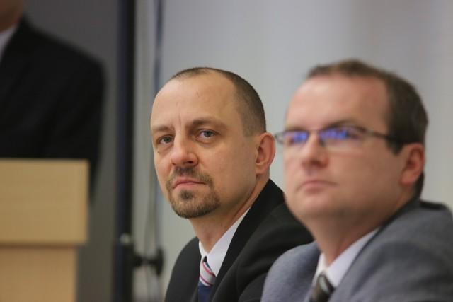 Burmistrz Waldemar Kuszewski musi ugasić pożar, który wybuchł jakiś czas temu w Sypniewie. Już wcielił się w strażaka.
