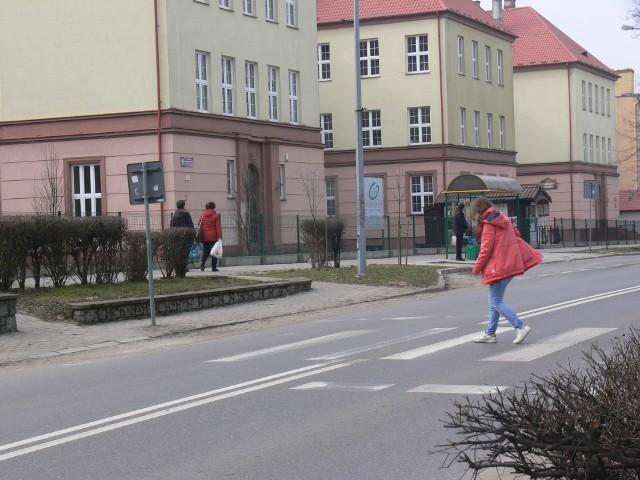 Miejscem niebezpiecznym bez wątpienia jest przejście obok Cmentarza Katedralnego w Sandomierzu.