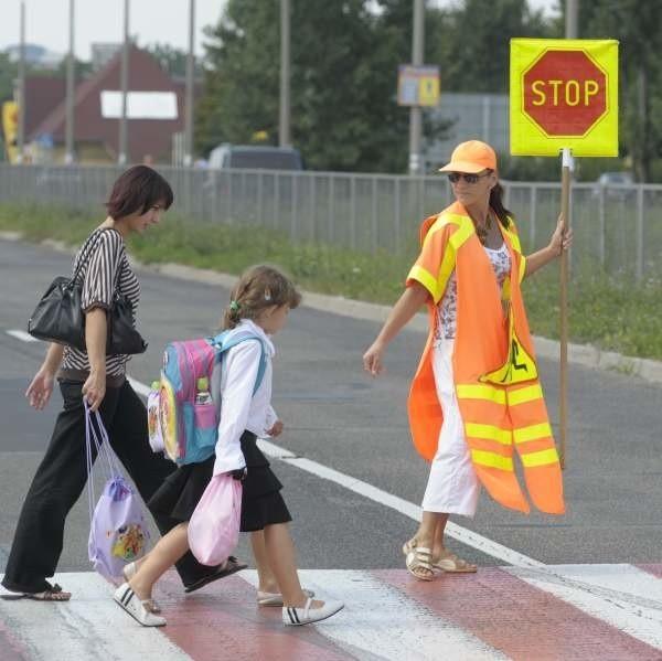 Marzena Pękalska od 3 lat przeprowadza dzieci przez pasy. Dba o bezpieczeństwo na ul. Sosnkowskiego przy szkole numer 15.