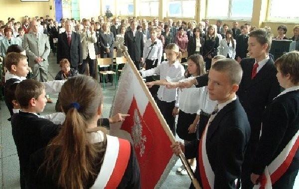 Najmłodsi uczniowie gimnazjum złożyli  ślubowanie na nowy sztandar szkoły.