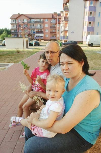 Małgorzata Siemiątkowska z córką Patrycją i Robert Mistewicz z córką Martą widzą jeszcze kilka rzeczy, których brakuje na ich osiedlu: przystanku autobusowego, apteki.
